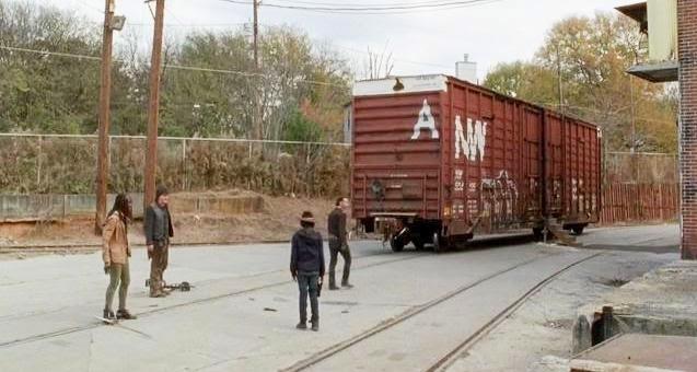 The Walking Dead: Norman Reedus, Andrew Lincoln, Chandler Riggs e Danai Gurira in una tesa scena dell'episodio A