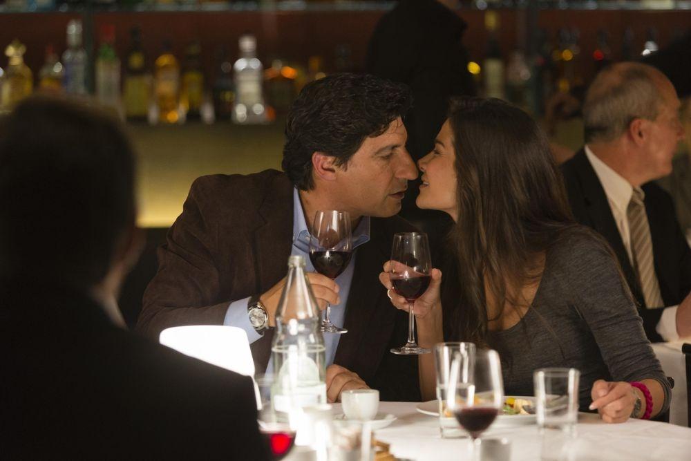 Un matrimonio da favola: Ilaria Spada bacia Emilio Solfrizzi in una scena del film