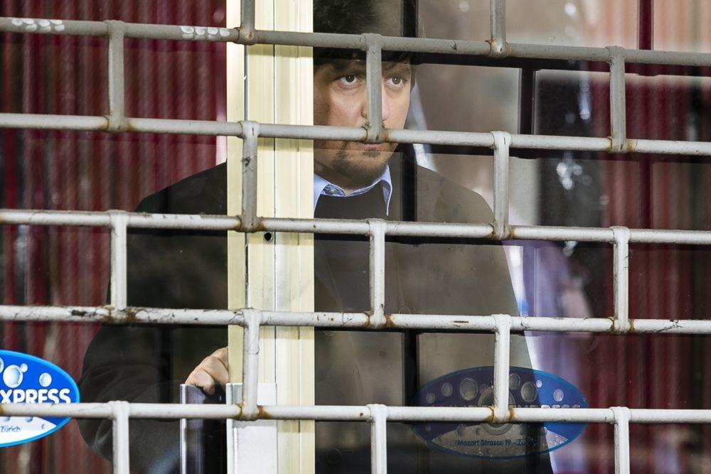 Un matrimonio da favola: Ricky Memphis nascosto dietro una serranda in una scena del film