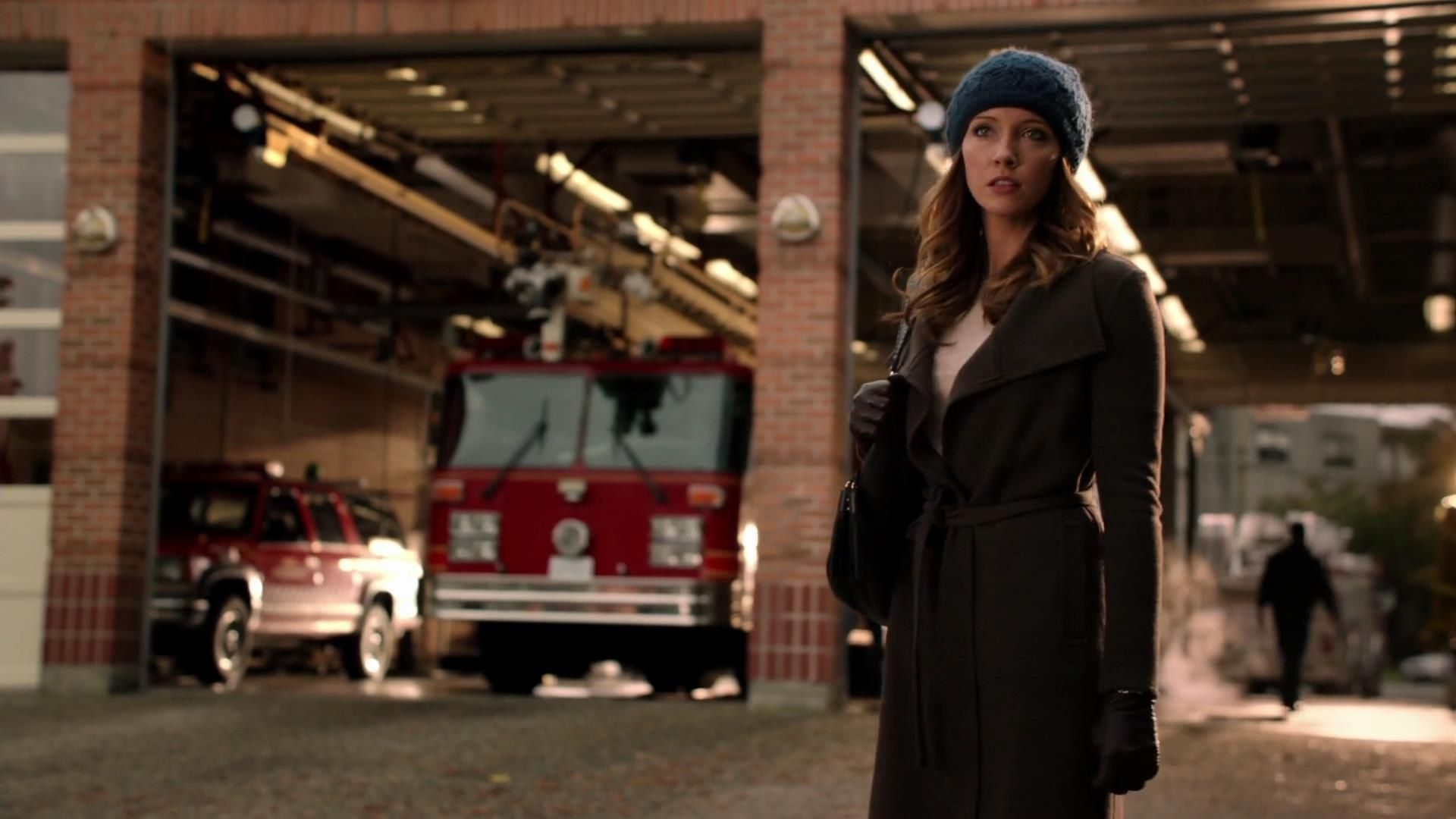 Arrow: Katie Cassidy in un momento dell'episodio Bruciato