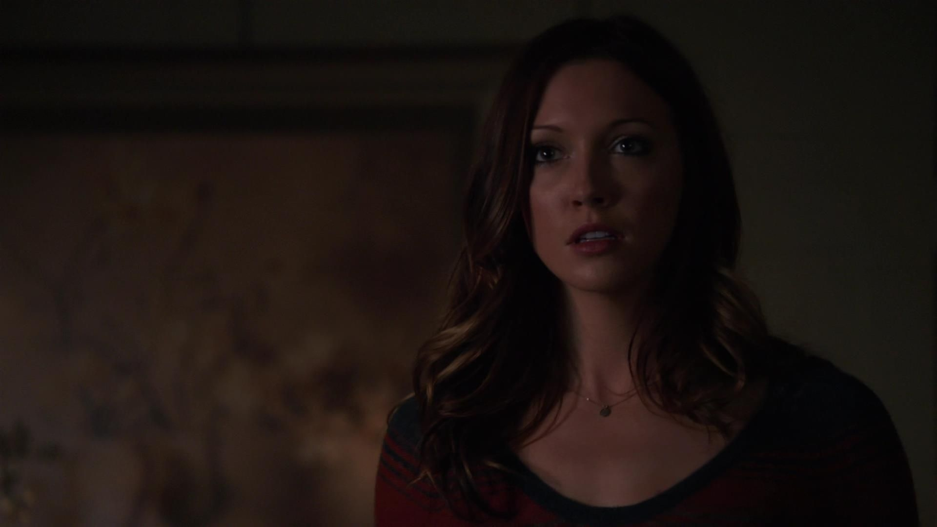 Arrow: Katie Cassidy in una scena dell'episodio Bruciato