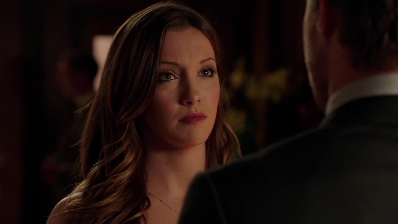 Arrow: Katie Cassidy in una scena dell'episodio Cena di Natale della prima stagione