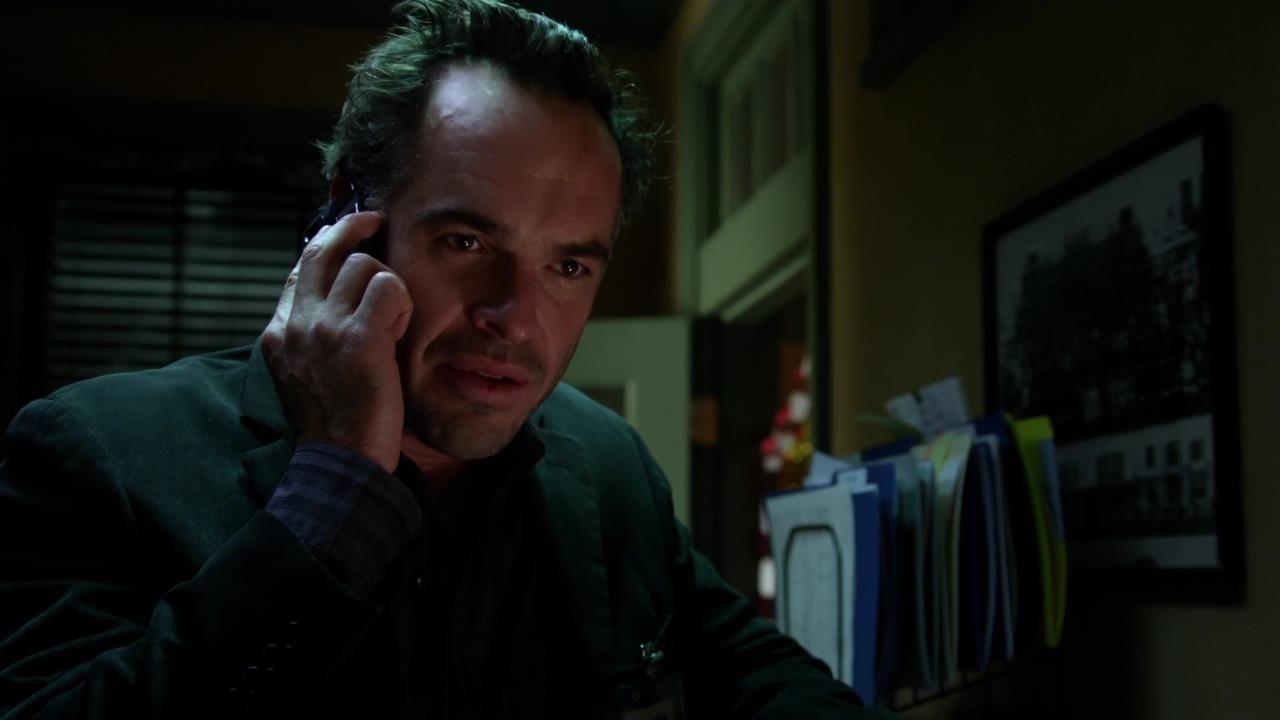 Arrow: Paul Blackthorne in una scena dell'episodio Cena di Natale della prima stagione