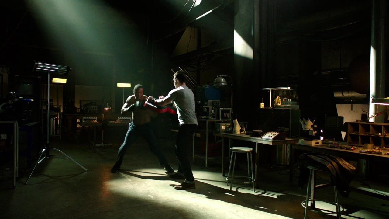 Arrow: Stephen Amell e David Ramsey nell'episodio Intrusione, della prima stagione