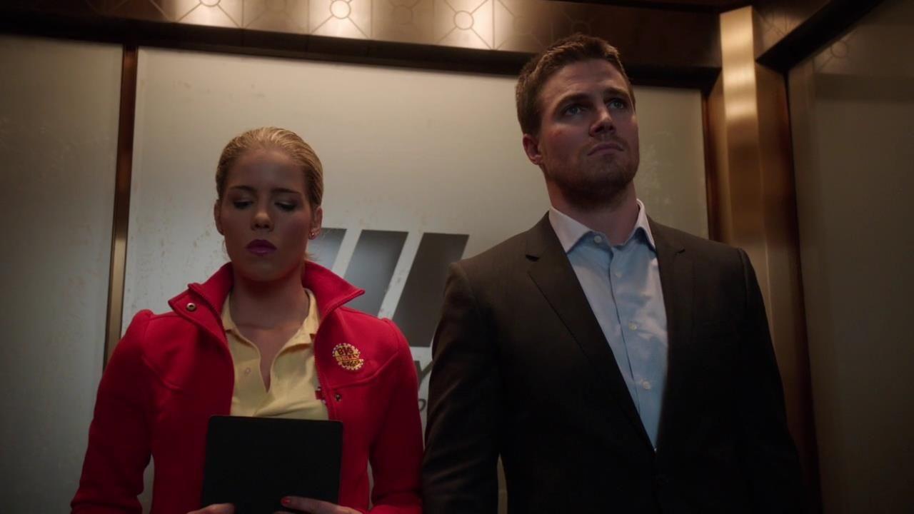 Arrow: Stephen Amell e Emily Bett Rickards nell'episodio Il buio sulla città, della prima stagione