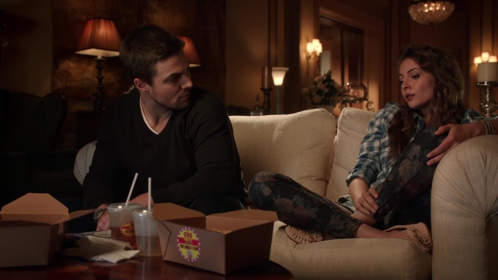 Arrow: Stephen Amell e Willa Holland in una scena dell'episodio Bruciato