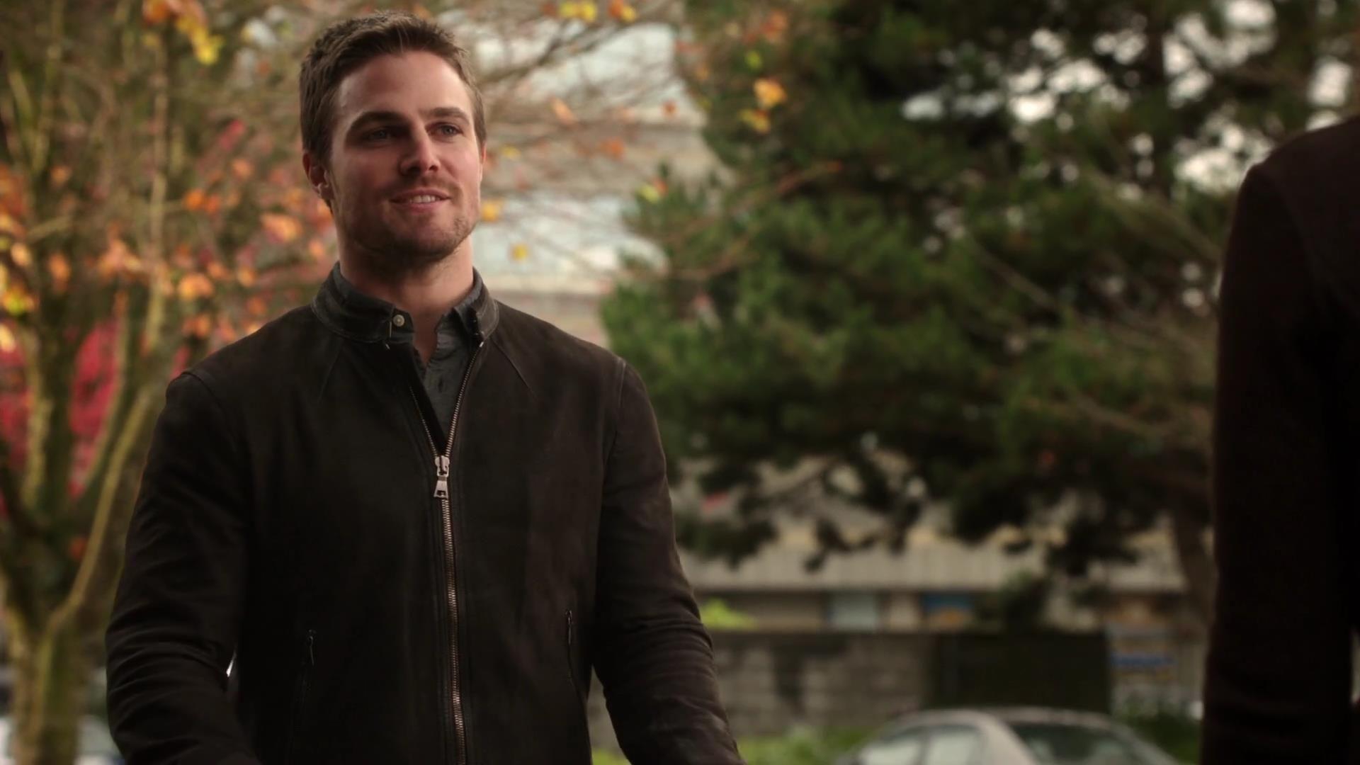 Arrow: Stephen Amell in una scena dell'episodio Bruciato della prima stagione