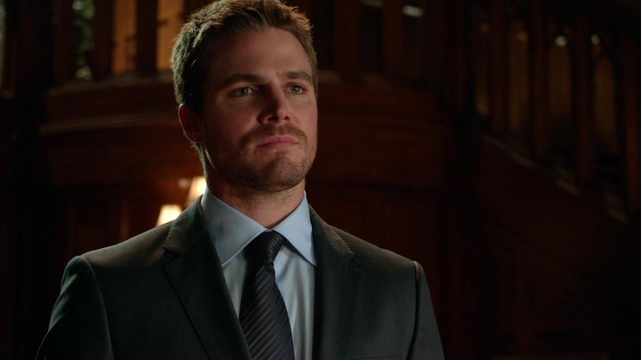 Arrow: Stephen Amell in una scena dell'episodio Cena di Natale della prima stagione