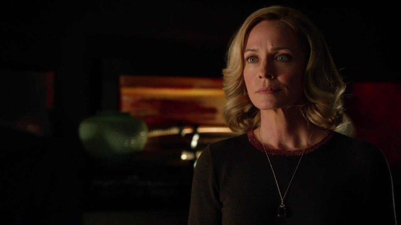 Arrow: Susanna Thompson in una scena dell'episodio Doppio gioco, della prima stagione