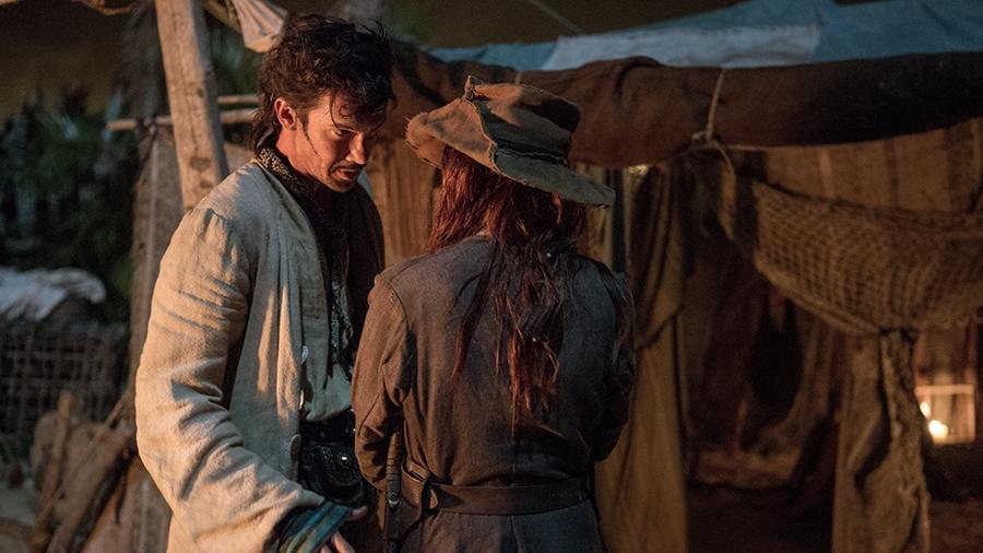Black Sails: Toby Schmitz e Clara Paget in una scena del sesto episodio della prima stagione