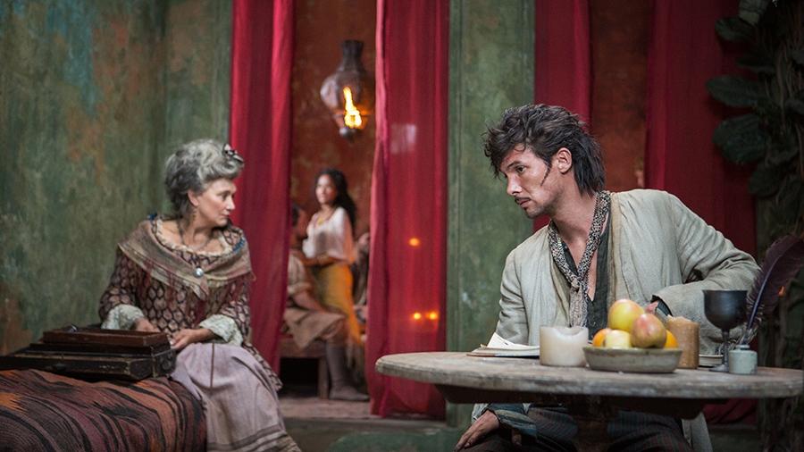 Black Sails: Toby Schmitz e Fiona Ramsey in una scena del settimo episodio della prima stagione
