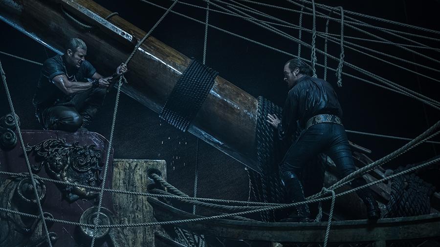 Black Sails: Toby Stephens con Tom Hopper nel sesto episodio della prima stagione
