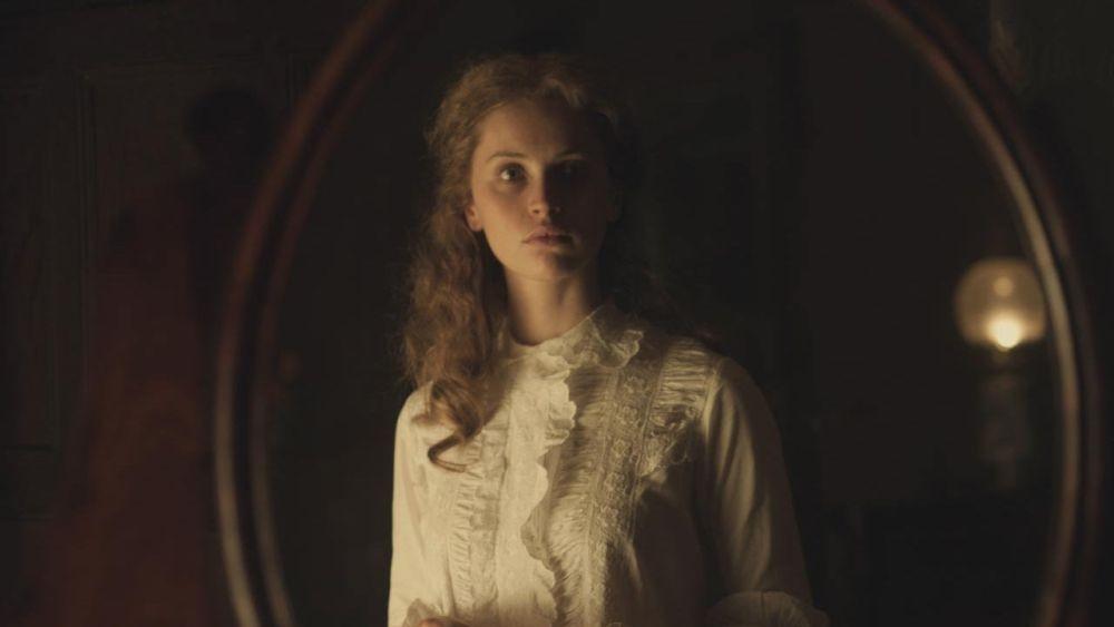 Felicity Jones allo specchio in una scena di The Invisible Woman