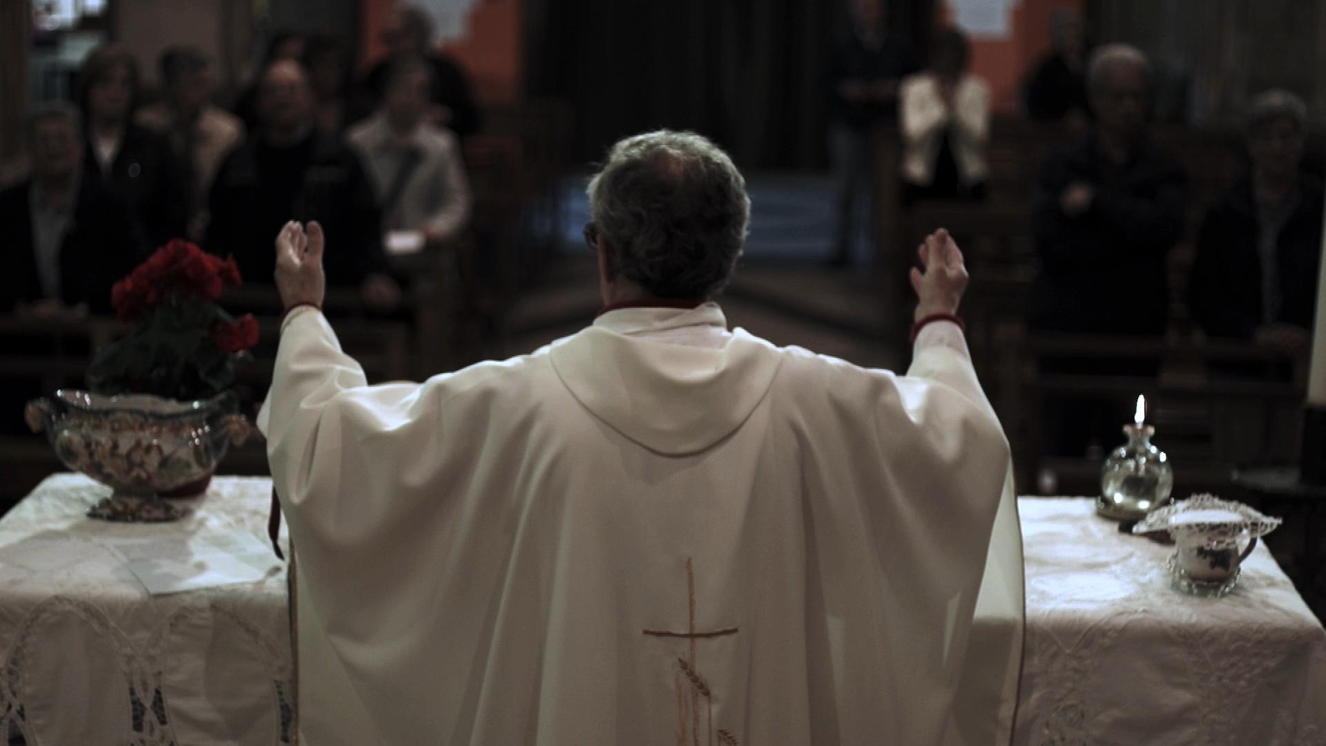 La preda. Silenzio in nome di Dio: una scena del documentario