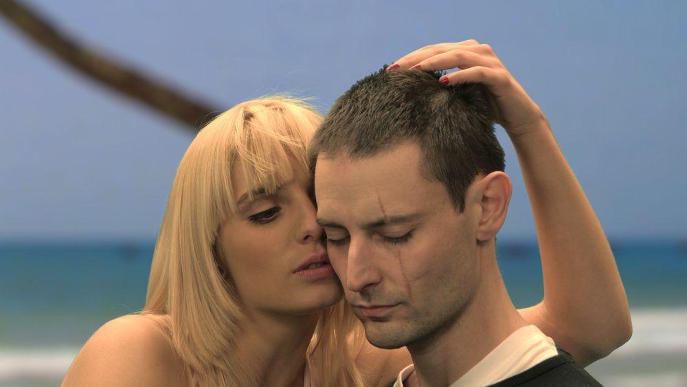 Onirica: Karolina Korta in un'immagine del film con Michal Tatarek