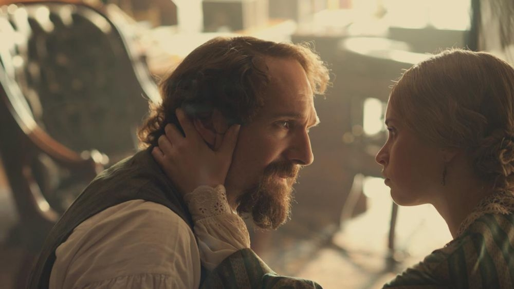 Ralph Fiennes in una scena di The Invisible Woman con Felicity Jones
