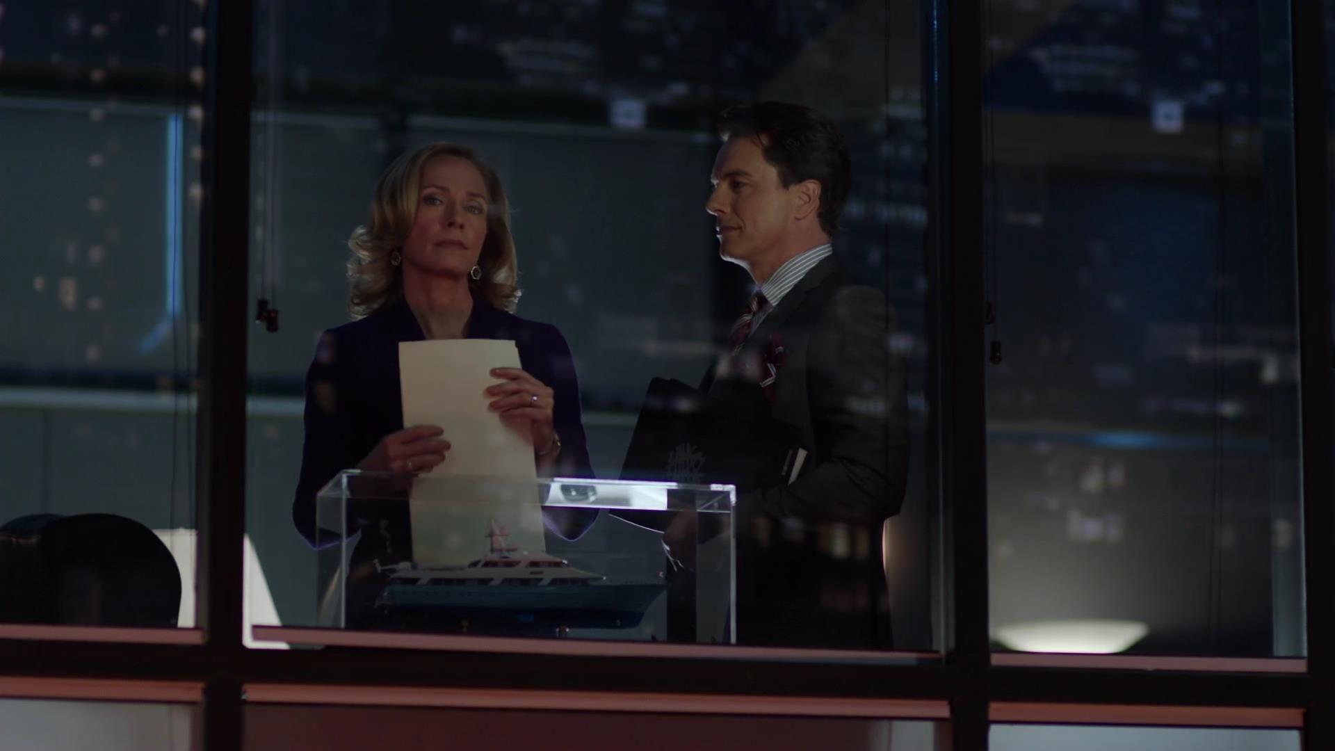 Arrow: John Barrowman e Susanna Thompson in una scena dell'episodio La prova, prima stagione