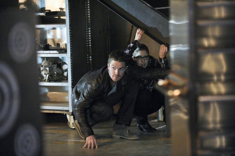 Arrow: Stephen Amell e Emily Bett Rickards nell'episodio The Man Under the Hood
