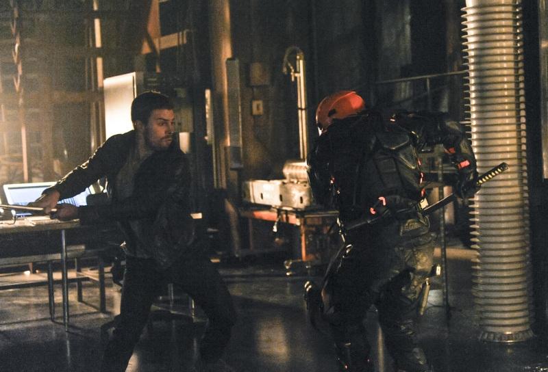 Arrow: Stephen Amell in una scena d'azione dell'episodio The Man Under the Hood