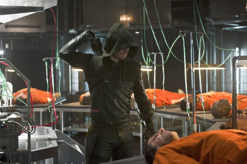 Arrow: Stephen Amell nell'episodio The Man Under the Hood
