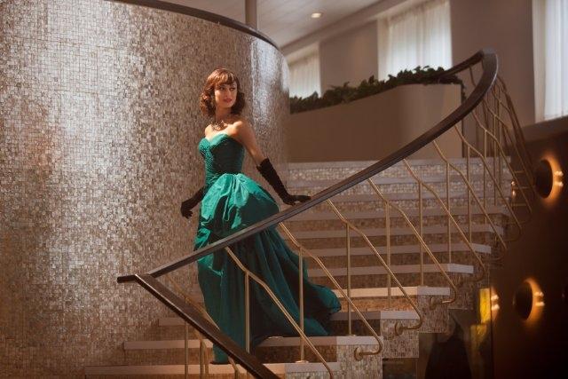 Magic City: Olga Kurylenko in un momento della serie