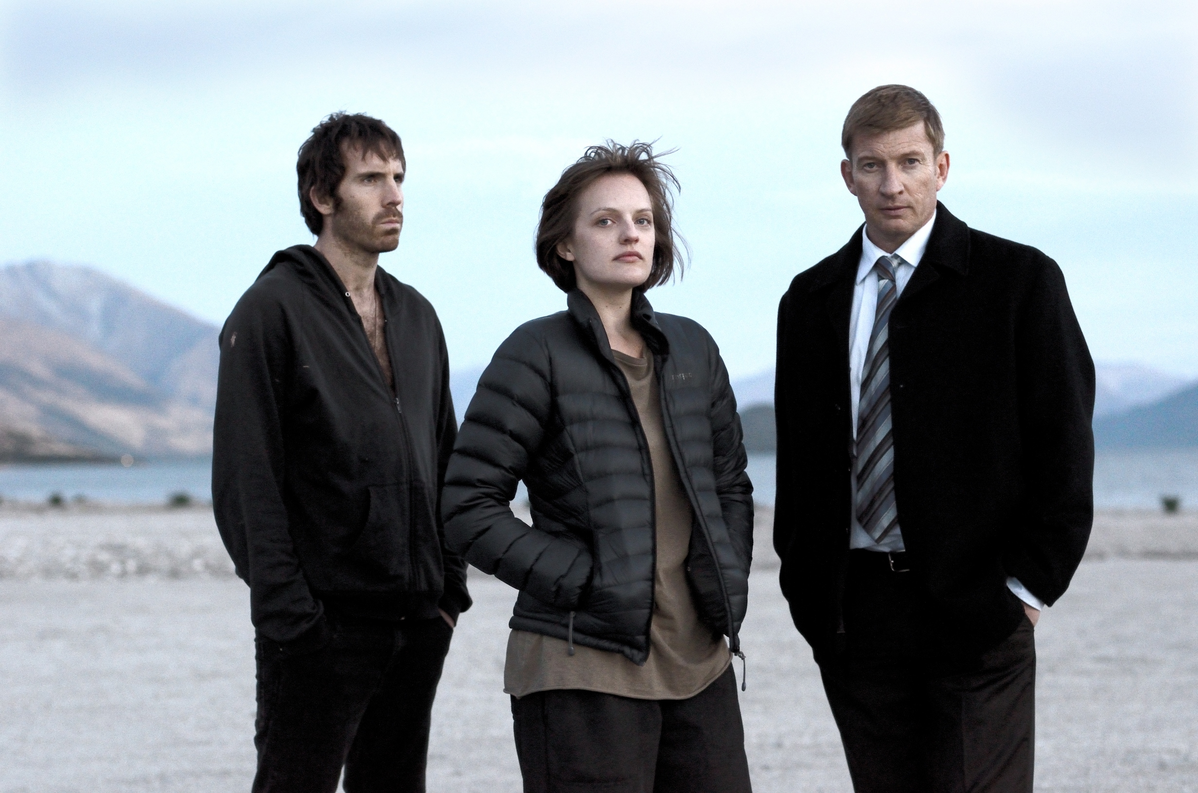 Top of the Lake: Elisabeth Moss, Thomas M. Wright e David Wenham in un'immagine promozionale