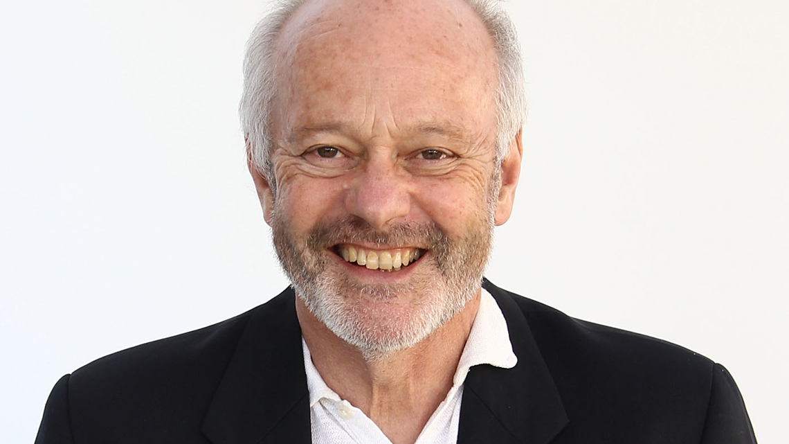 Michael Radford, regista di 1984 e premio Oscar per Il postino, in una foto promozionale