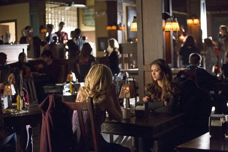 The Vampire Diaries: Nina Dobrev e Candice Accola nell'episodio Resident Evil