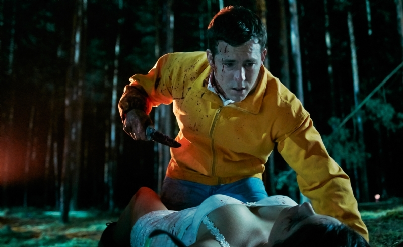 The Voices: Ryan Reynolds sporco di sangue in una posa compromettente