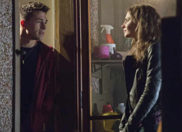 Arrow: Colton Haynes e Willa Holland nell'episodio Ladro di gioielli