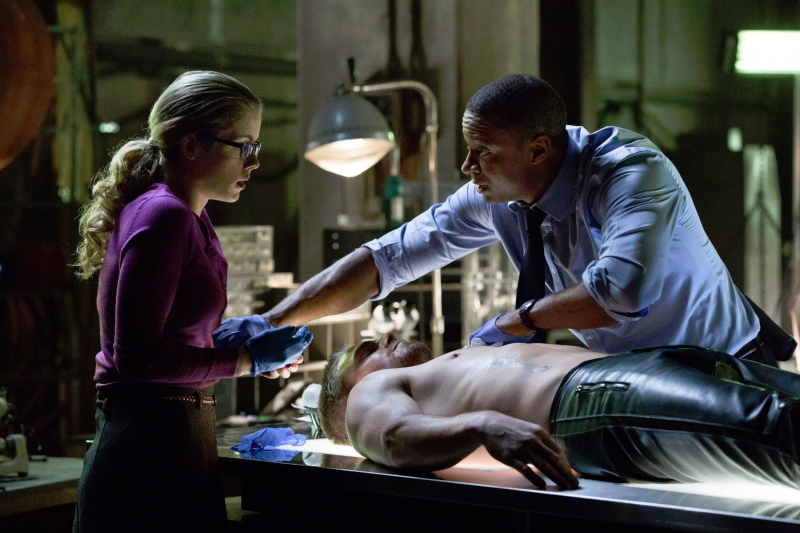 Arrow: Emily Bett Rickards e David Ramsey in una scena dell'episodio Odissea