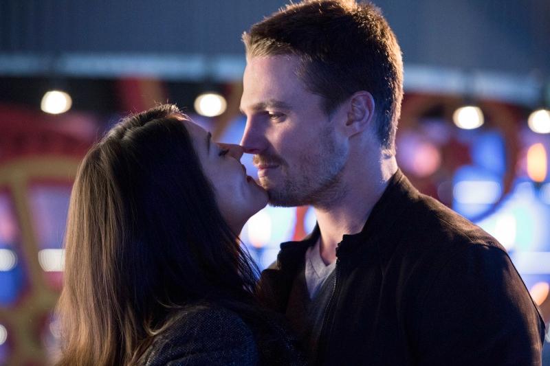 Arrow: Jessica De Gouw e Stephen Amell nell'episodio Il ritorno della cacciatrice