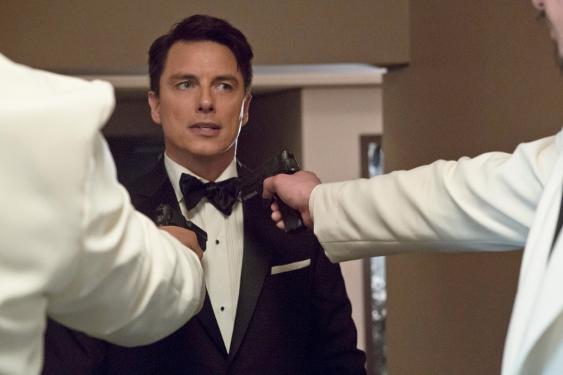 Arrow: John Barrowman nell'episodio Il filantropo dell'anno