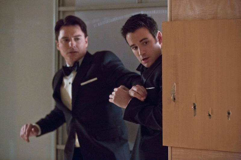 Arrow: John Barrowman insieme a Colin Donnell in una scena dell'episodio Il filantropo dell'anno