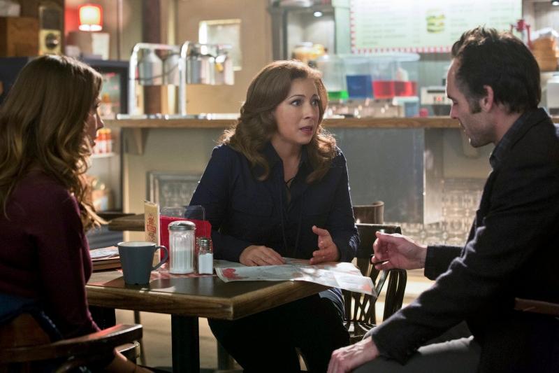 Arrow: Katie Cassidy, Alex Kingston e Paul Blackthorne nell'episodio Il ritorno della cacciatrice