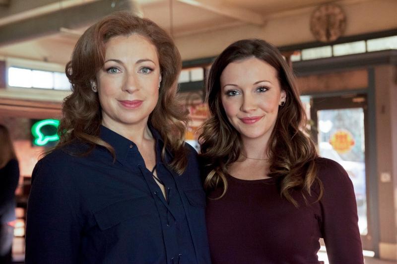 Arrow: Katie Cassidy e Alex Kingston in un'immagine promozionale per Il ritorno della cacciatrice