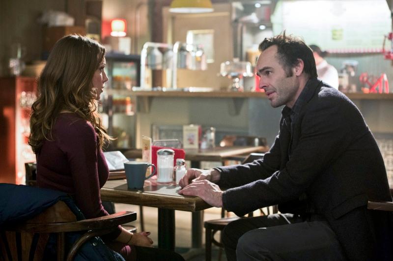 Arrow: Katie Cassidy e Paul Blackthorne nell'episodio Il ritorno della cacciatrice