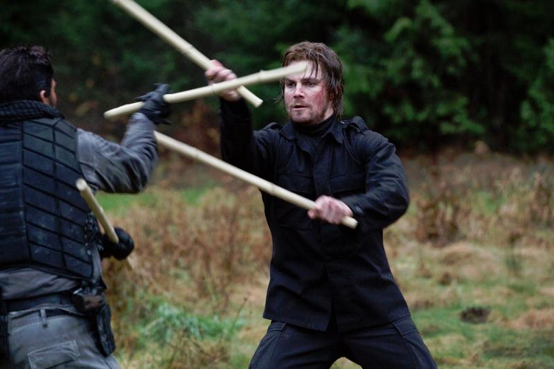 Arrow: Stephen Amell con Manu Bennett in una scena dell'episodio Odissea