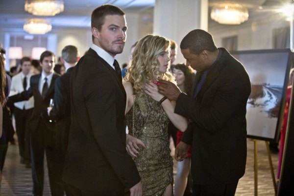 Arrow: Stephen Amell, David Ramsey ed Emily Bett Rickards nell'episodio Ladro di gioielli