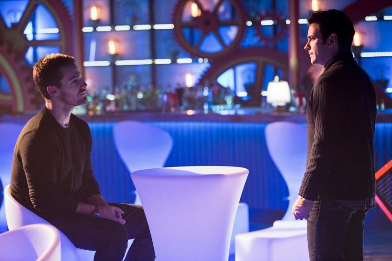 Arrow: Stephen Amell e Colin Donnell nell'episodio Il ritorno della cacciatrice