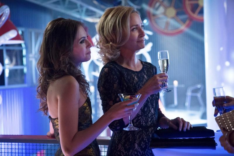 Arrow: Willa Holland e Susanna Thompson nell'episodio Il ritorno della cacciatrice