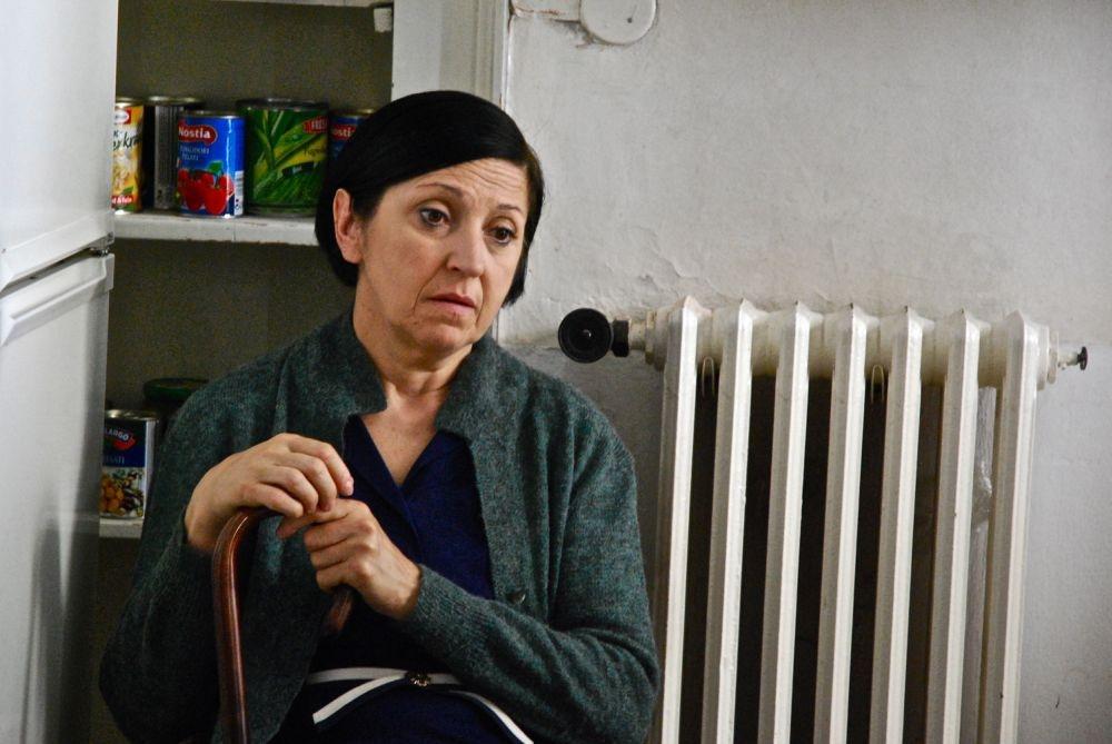 La sedia della felicità: Maria Paiato è la sorella del pescivendolo in una scena del film