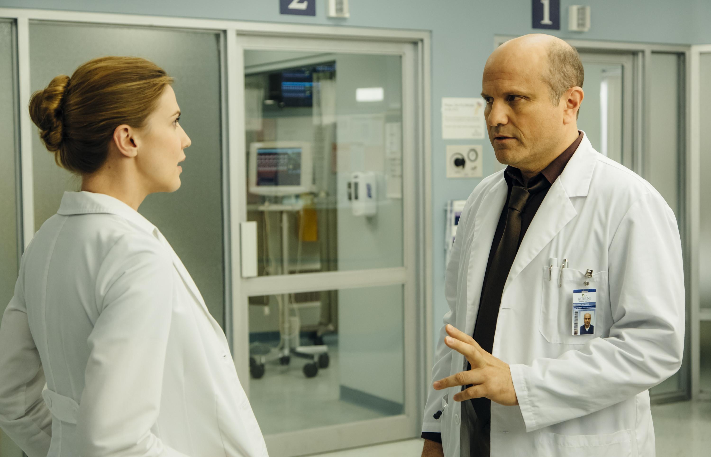 Remedy: Enrico Colantoni e Sara Canning in una scena della prima stagione