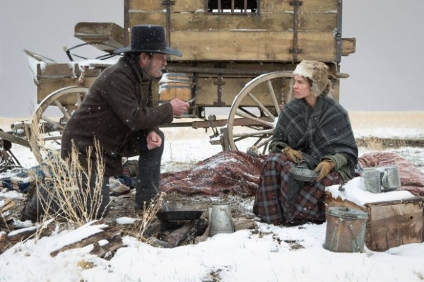The Homesman: un'immagine di Hilary Swank e Tommy Lee Jones in mezzo alla neve