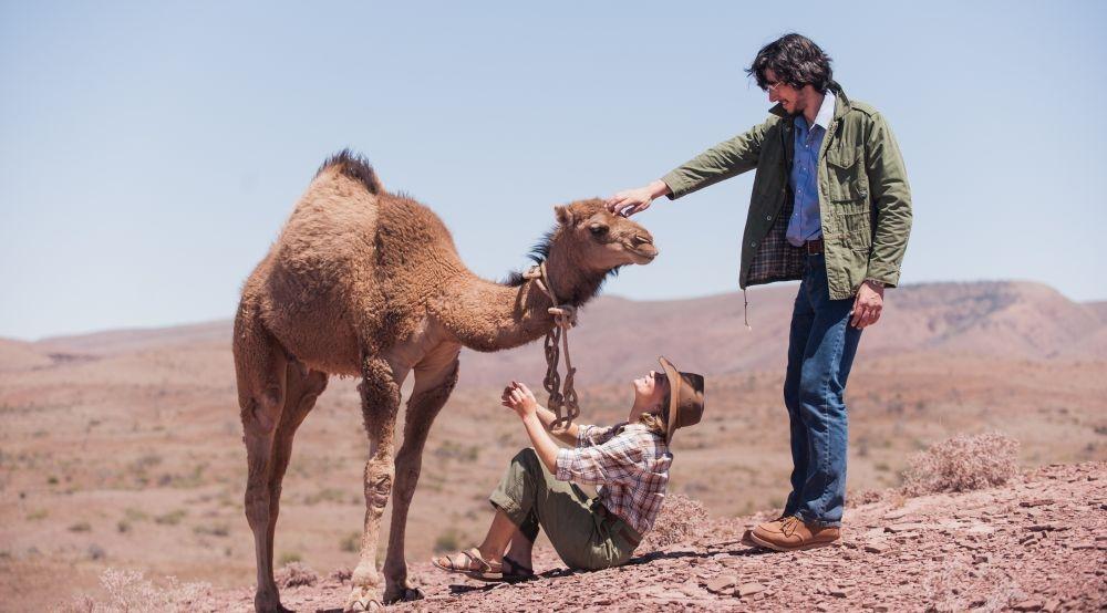 Tracks - Attraverso il deserto: Mia Wasikowska in un'immagine del film con Adam Driver