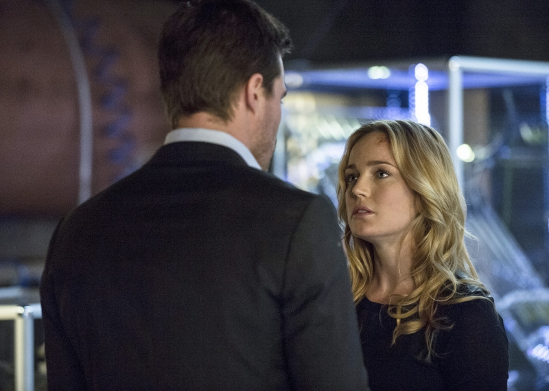 Arrow: Stephen Amell con Caity Lotz nell'episodio Seeing Red, della seconda stagione