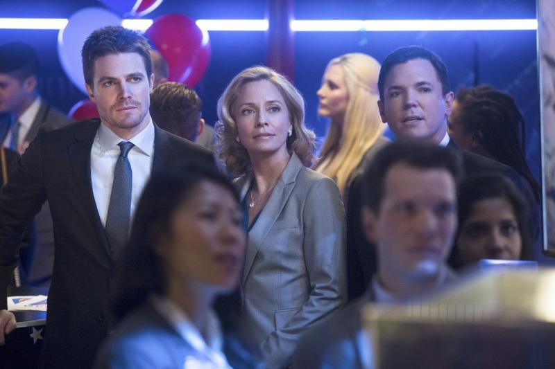 Arrow: Stephen Amell e Susanna Thompson nell'episodio Seeing Red, seconda stagione