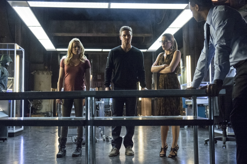 Arrow: Stephen Amell, Emily Bett Rickards con Caity Lotz nell'episodio Seeing Red, seconda stagione