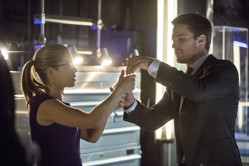 Arrow: Stephen Amell, Emily Bett Rickards nell'episodio Seeing Red, seconda stagione
