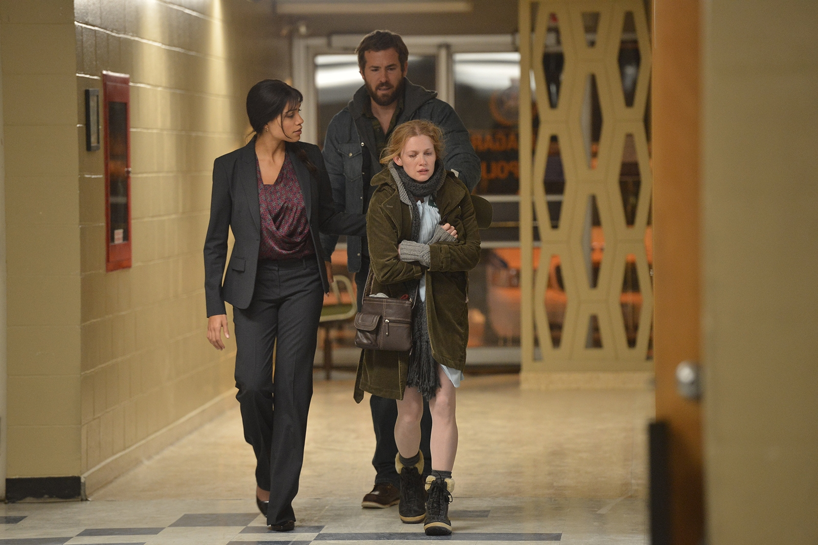 Captives: Ryan Reynolds in una scena del film con Rosario Dawson e Mireille Enos